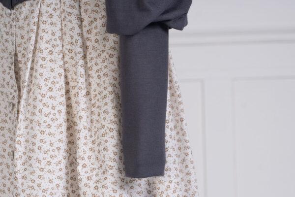z kolekcji PRE-SPRING 2021, o długości idealnie komponującej się z sukienkami, zapinany na guziki.