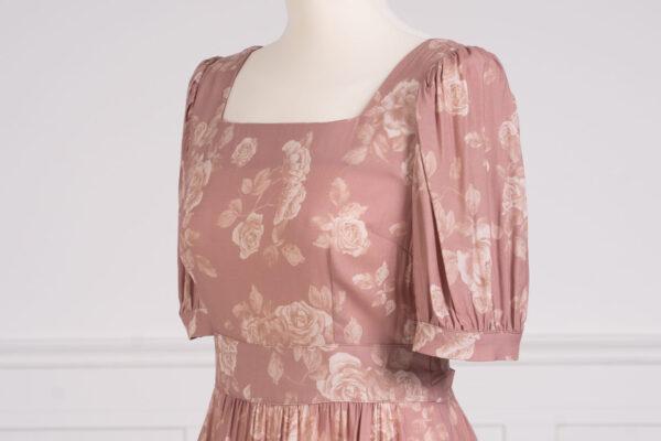 z kolekcji SPRING 2021, z dekoltem w stylu karo, elegancka.