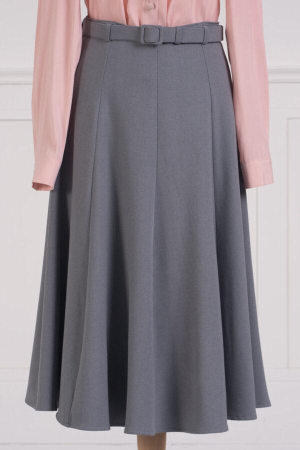 z kolekcji SPRING 2021, szyta z wiskozowej krepy, z oblekanym tkaniną paskiem
