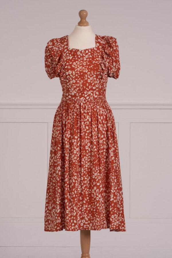 z kolekcji SUMMER 2021, sukienka ala fartuszek, idealna na co dzień.