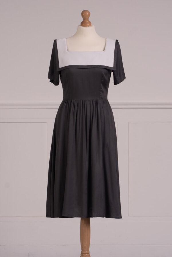 z kolekcji SUMMER 2021, sukienka w antracytowym kolorze, z marynarskim kołnierzem