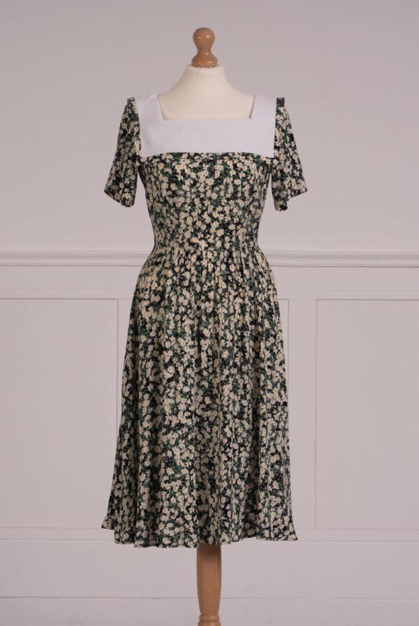 z kolekcji SUMMER 2021, zielona sukienka w kwiaty, z marynarskim kołnierzem.