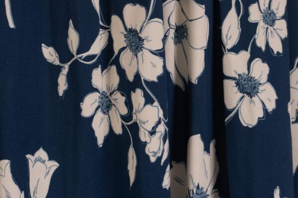 z kolekcji MID-SUMMER 2021, odcinana w talii, w różnokolorowe kwiaty