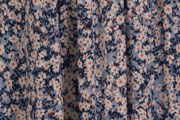 z kolekcji MID-SUMMER 2021, odcinana w talii, w różnokolorowe kwiaty.